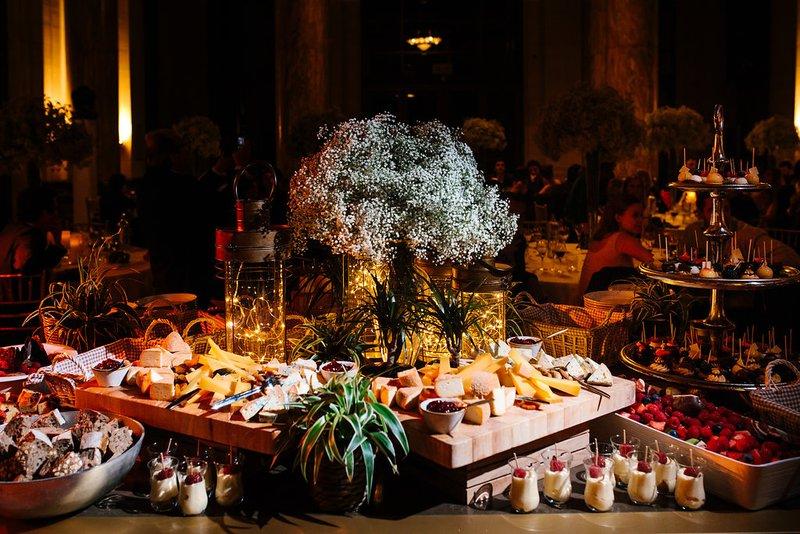 Dessertbuffet met gipskruid - House of Weddings