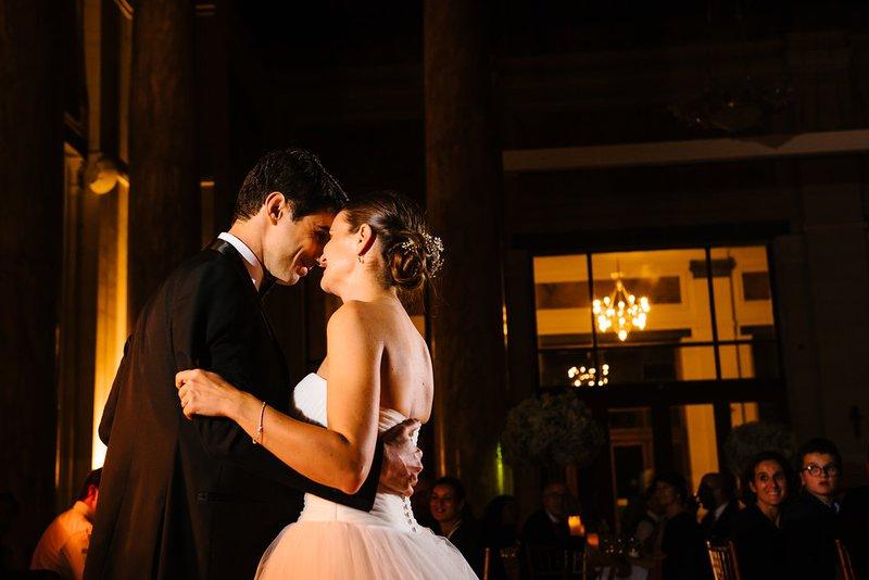 Lachend bruidspaar op de dansvloer - House of Weddings