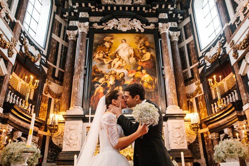 Bruidspaar in Sint-Carolus Borromeuskerk - Antwerpen - House of Weddings