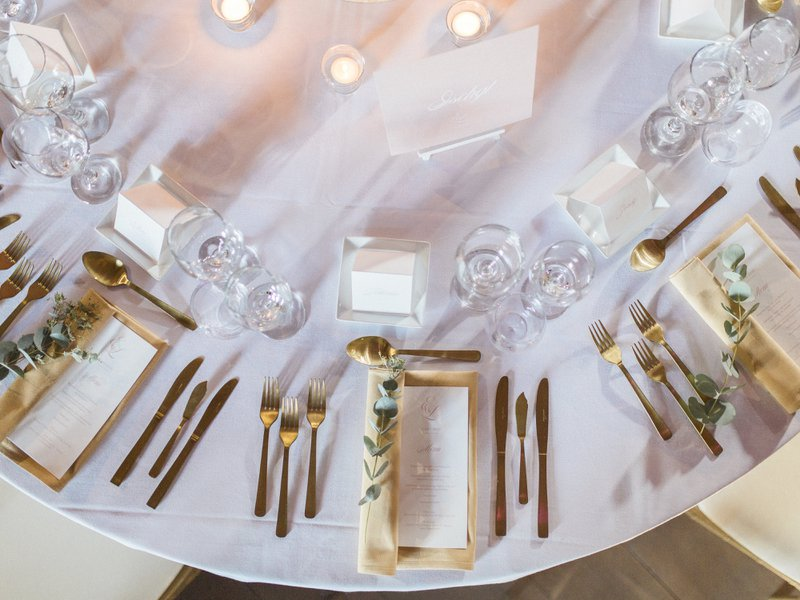 Fine art tafelsetting in wit, oudroze en goud - Alle Gebeure - House of Weddings