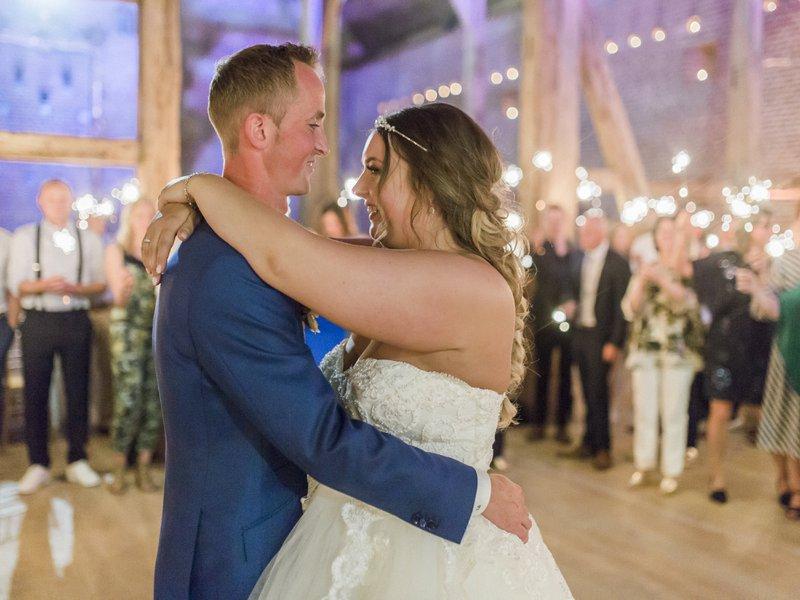 Bruidspaar tijdens openingsdans tiendschuur - House of Weddings