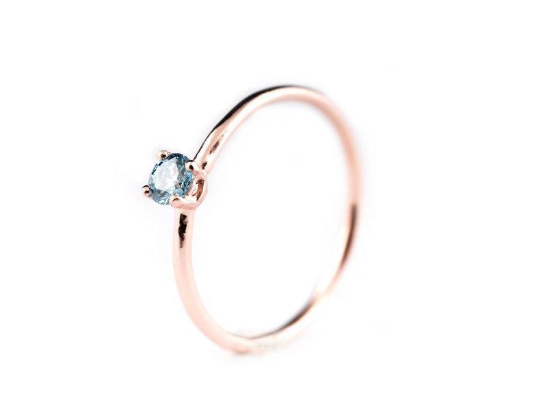 Goudkleurige verlovingsring met blauwe steen van Elisa Lee - House of Weddings
