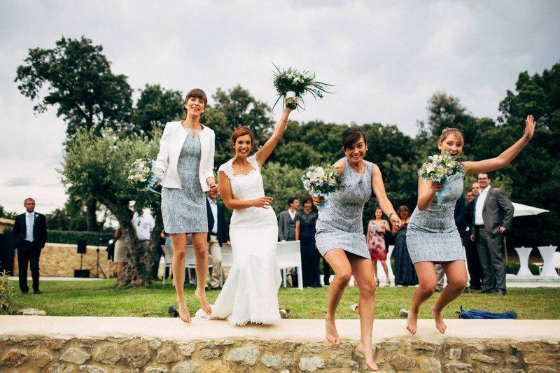 Bruid met bruidsmeisjes in blauwe jurkjes en boeketten - House of Weddings