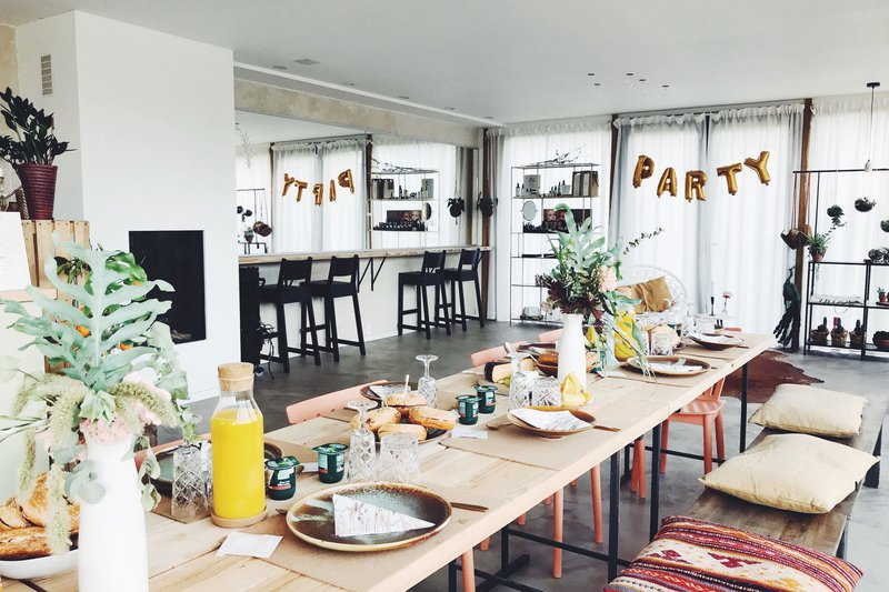 Ontbijttafel met houten stoelen - bank - kussens - House of Weddings