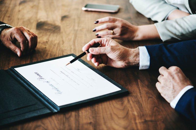 Grundsätzlich schützt eine Berufshaftpflicht für Anwälte vor den finanziellen Folgen einer Schadensersatzforderung. Da man als Rechtsanwalt bzw. Rechtsanwältin der eigenen Tätigkeit ohne entsprechende Versicherung nicht nachgehen darf, ist der Abschluss einer Berufshaftpflicht essentiell. Dies gilt sowohl für selbständige Rechtsanwälte, freie Mitarbeiter als auch für angestellte Rechtsanwälte während der gesamten Dauer der Anwaltstätigkeit. Ohne einen lückenlosen Nachweis ist eine Anwaltszulassung zu versagen bzw. zu widerrufen.