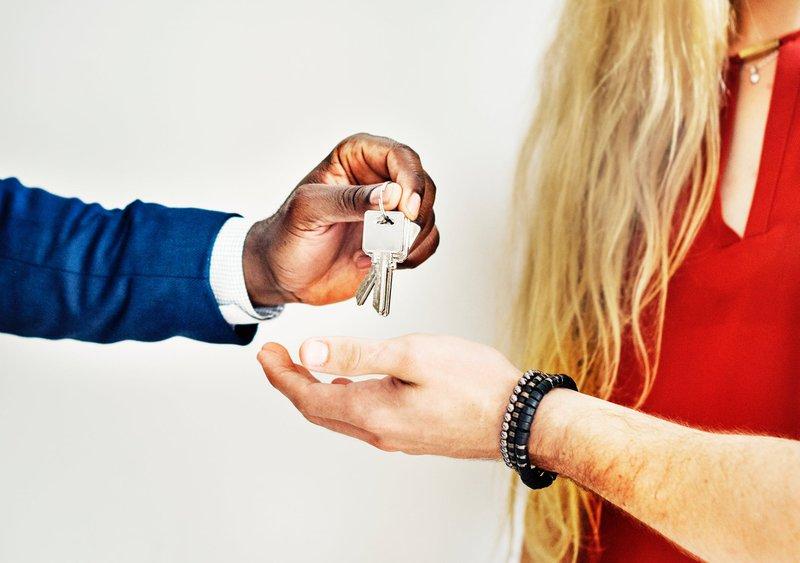 Bauherren-Haftpflicht - Verantwortung übernehmen als Hausbauer Beim Neubau des Eigenheims kann viel passieren. Als Bauherr tragen Sie die volle Verantwortung für die Baustelle. Passiert ein Unfall, haften Sie mit Ihrem ganzen Vermögen. Die Höhe der geforderten Schadensersatzzahlungen kennt dabei nach oben hin keine Begrenzung. Damit sich die Realisierung des Traums vom Eigenheim also nicht zu einem finanziellen Albtraum entwickeln kann, ist der Abschluss einer Bauherren-Haftpflicht unverzichtbar.