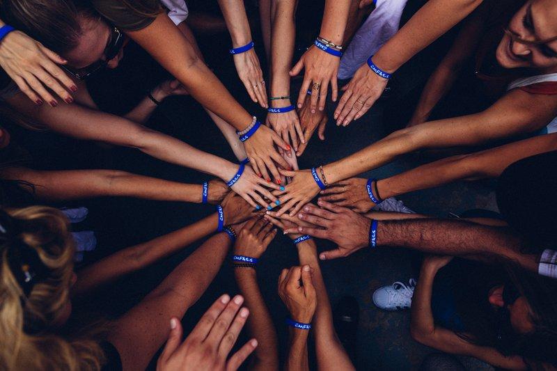 Rechtsschutz - Vereine - Hände übereinander