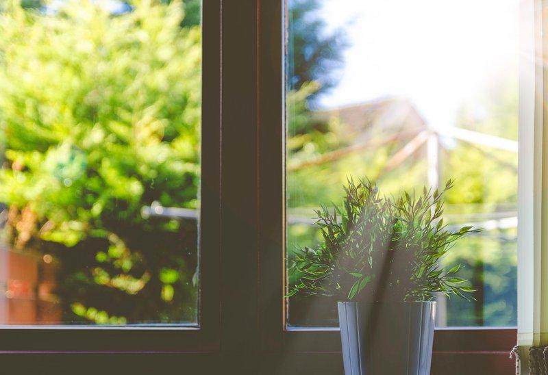 Glasversicherung - Erweiterung der Hausratversicherung Es kann schneller gehen als man denkt: Durchzug in der gelüfteten Wohnung, ein Fenster fliegt zu, das Fensterglas bricht. Wenn in Mietwohnungen Glas zu Bruch geht, stellt sich schnell die Frage, ob nun die Privathaftpflicht- oder die Hausratversicherung für den Glasbruch-Schaden aufkommt. Eines können wir an dieser Stelle bereits verraten: Eine Privathaftpflicht reicht hier nicht aus und die Glasversicherung kommt ins Spiel.
