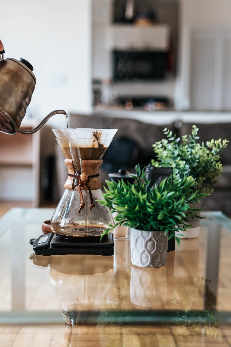 making Chemex pour over coffee