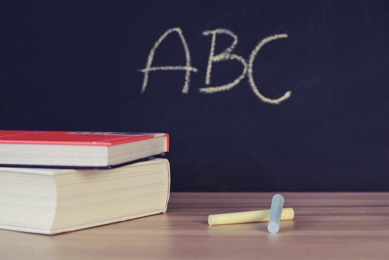 ABC schoolbord met boeken en krijt