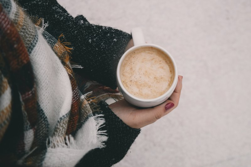 verjaardagscadeaus: winterwandeling - meisje heeft warme koffie vast
