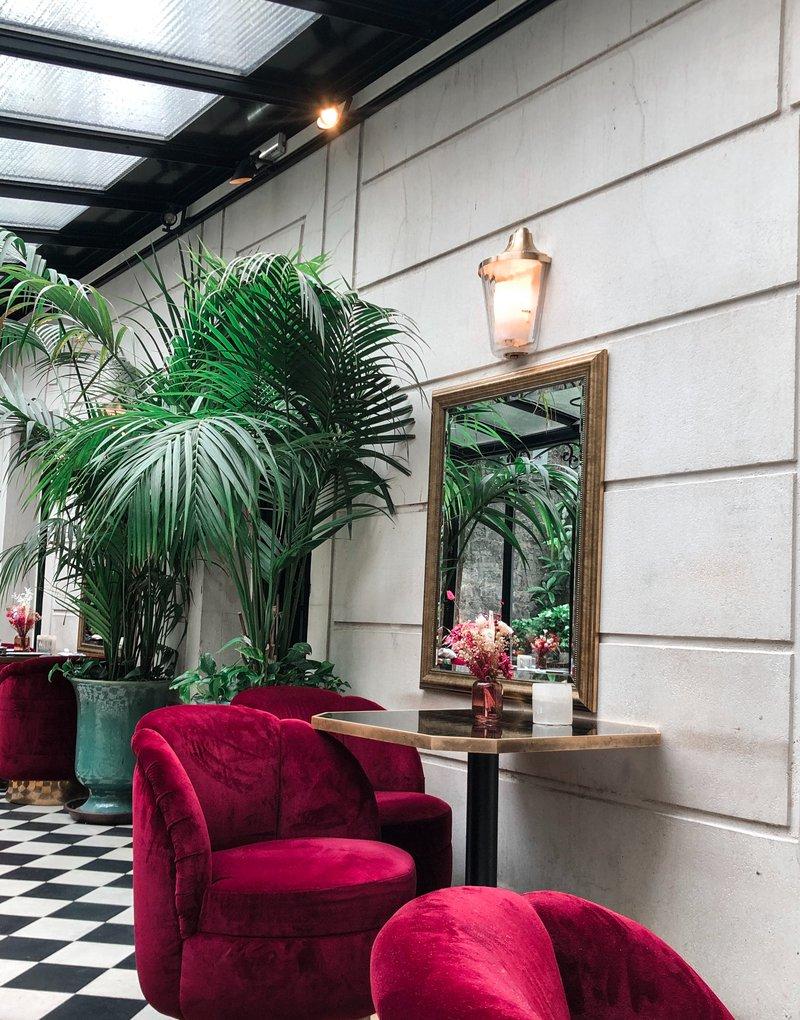 Drie interieurtrends van 2020: planten in huis, rode zetel en spiegel