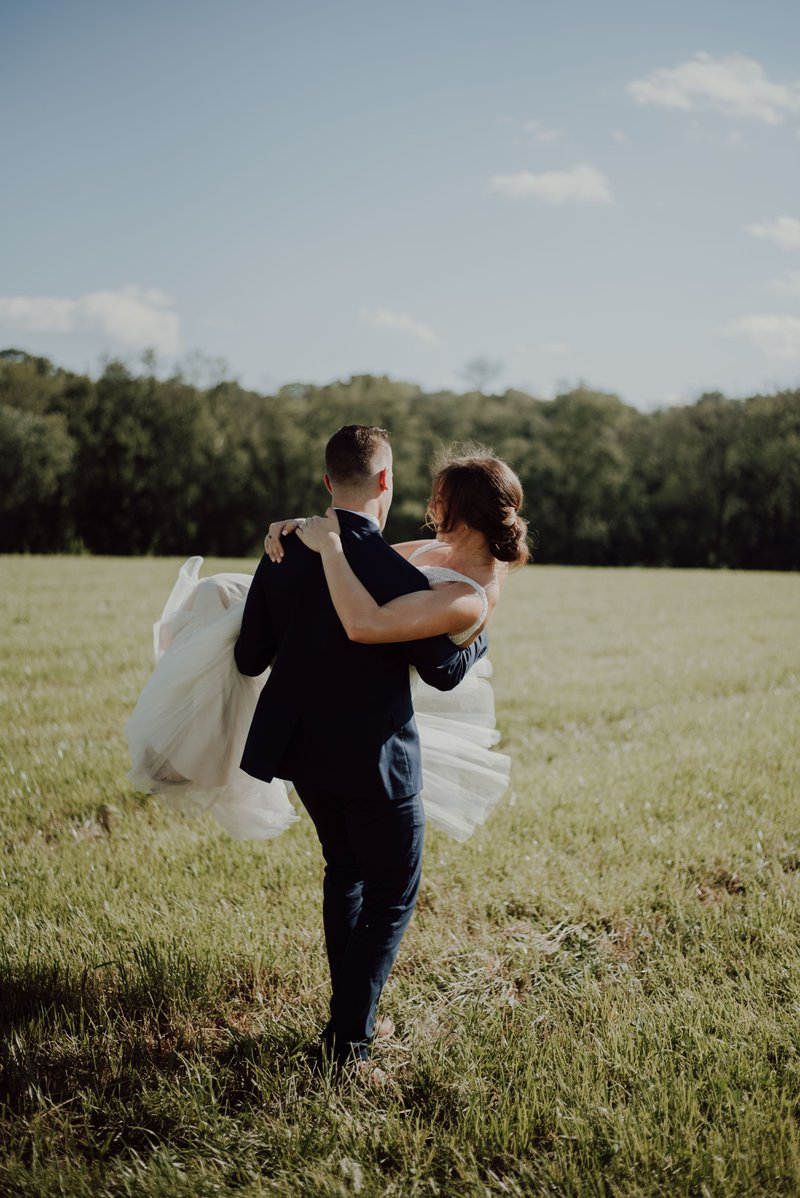 Huwelijkstradities: de bruid over de drempel dragen