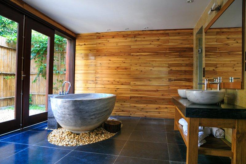 Badkamer met een grote horizontale spiegel om de ruimte breder te maken