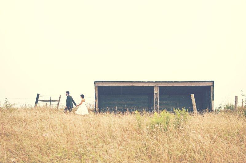complete trouwchecklist trouwlocatie bruidspaar bij een stal in een veld