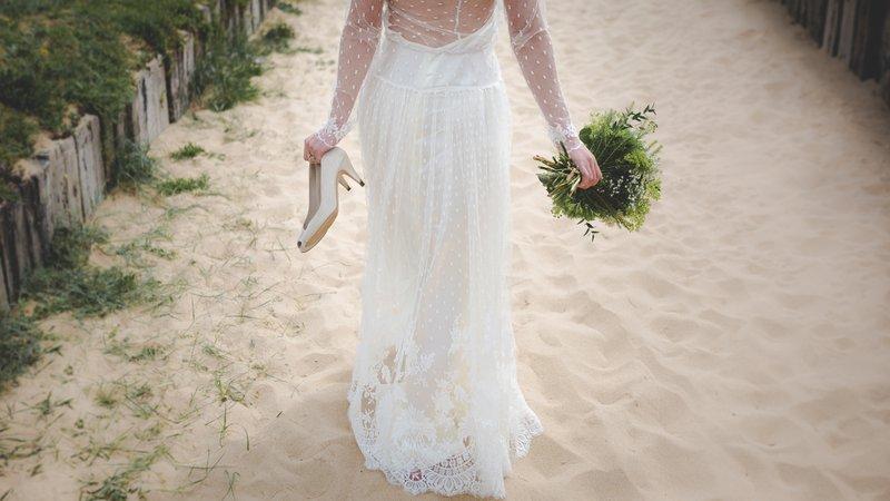 complete trouwchecklist bruid wandelt op het strand