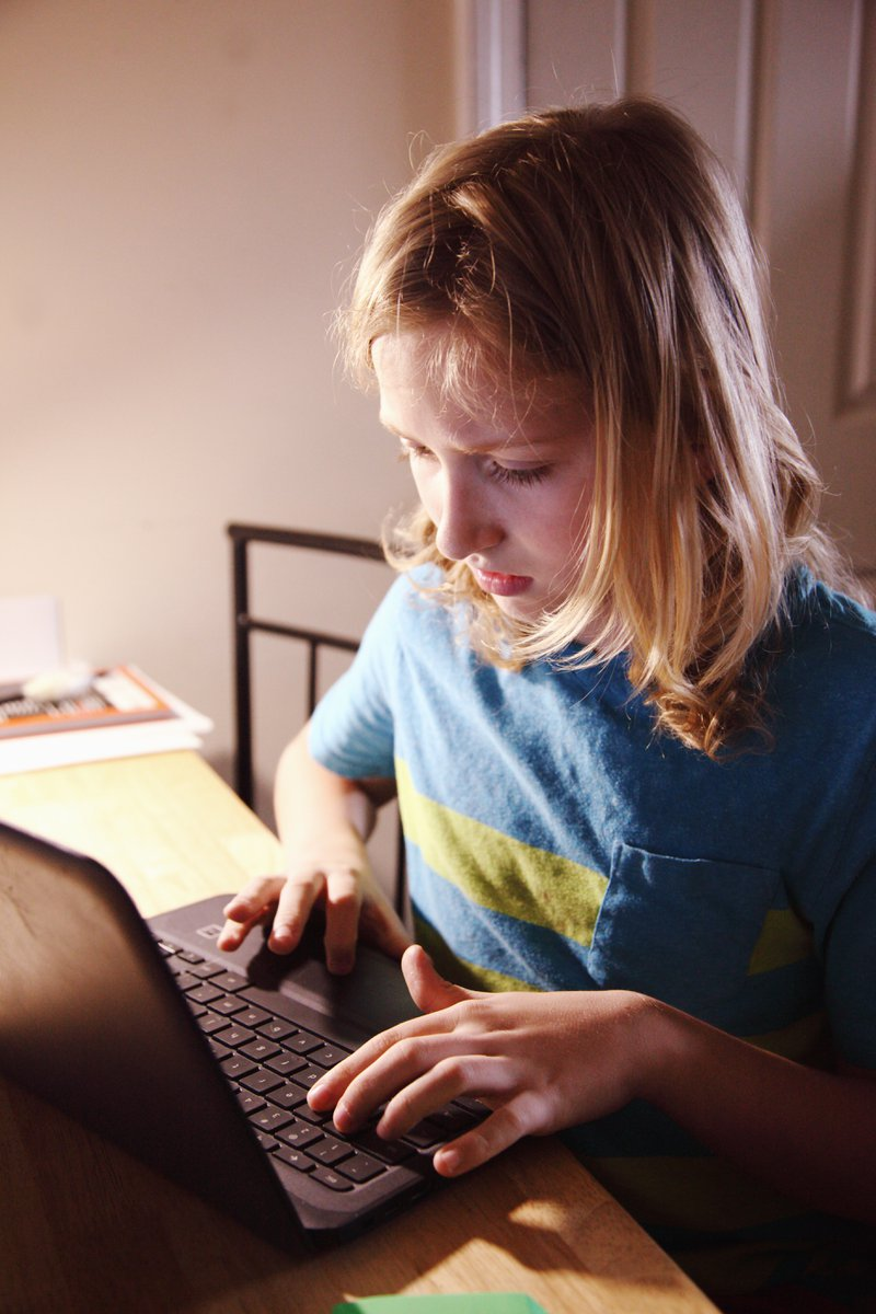 Blond meisje op laptop