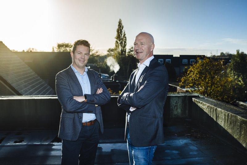 Karl De Beul (wit hemd) en Bart Baeyens (blauw hemd), oprichters van Hashting