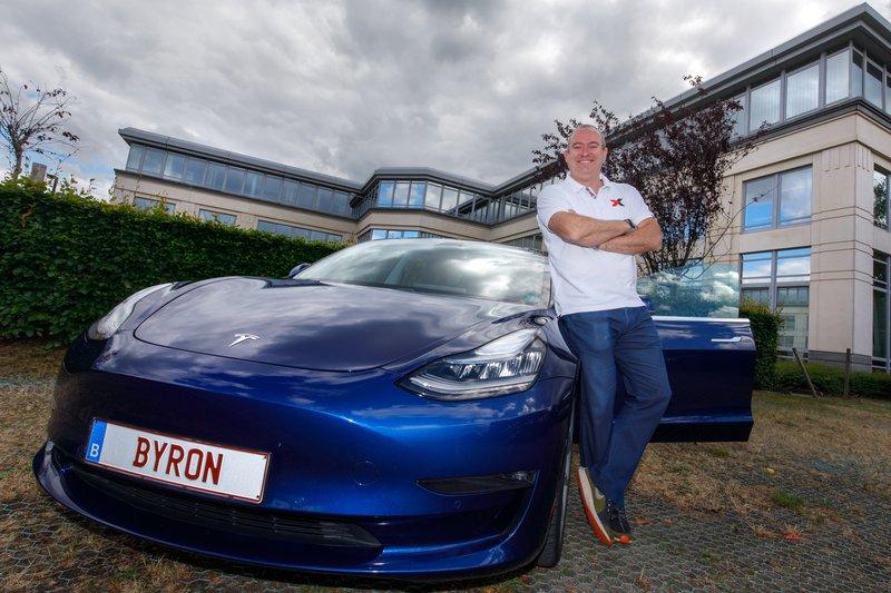 Brussel, 02/07/2020: Trouwe Tesla eigenaar Byron Soulopoulos.  Foto: Olivier Matthys