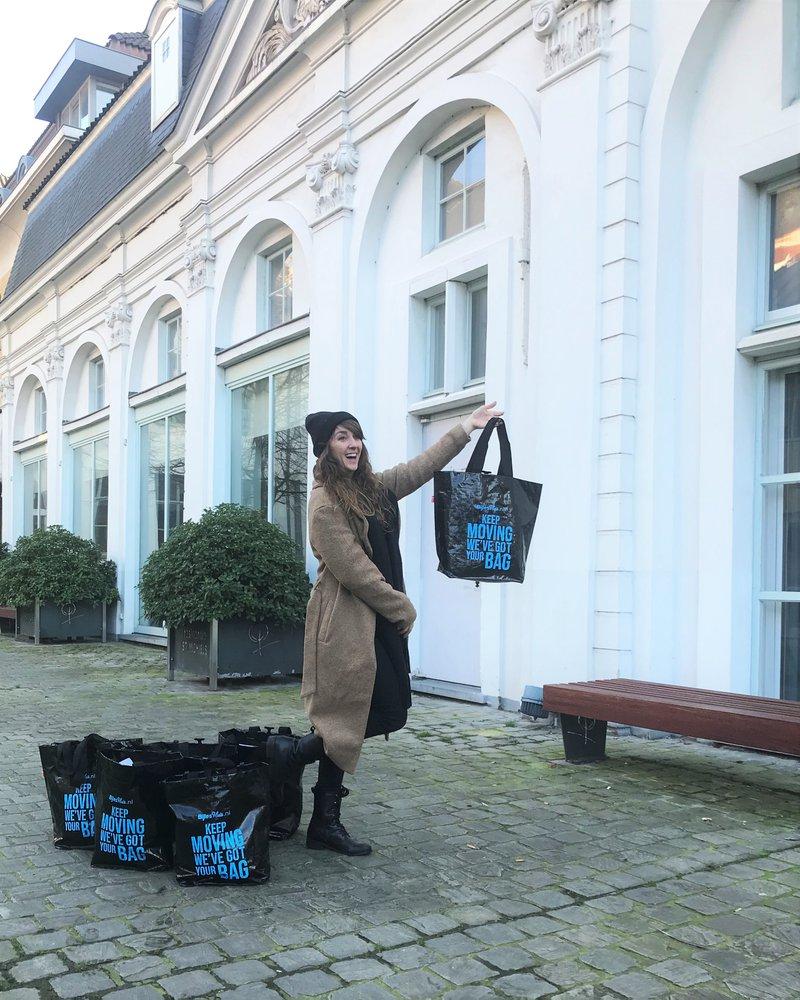 Met de fietstassen voor het kantoor in hartje Gent