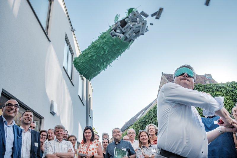 Minister Koen Van den Heuvel kraakt letterlijk én figuurlijk de fles tijdens de inhuldiging.
