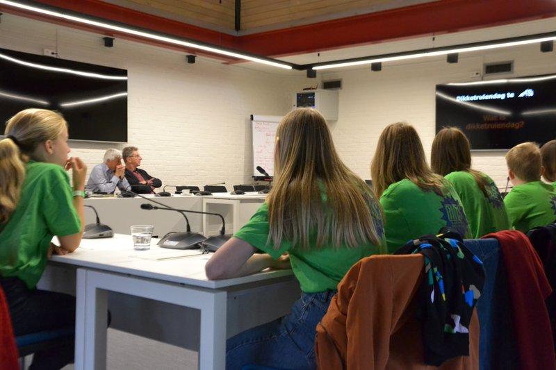 Puurs-Sint-Amands: de Amigo's van SJABI stellen hun klimaatvragen aan schepen van milieu, klimaat & duurzaamheid Alex Goethals en waarnemend burgemeester Peter Van Hoeymissen