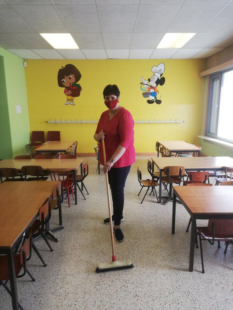 Wijk-werken in beeld: wijk-werker Lieve ondersteunt de middagshift in de school Sint-Ursula Lisp in Nijlen.