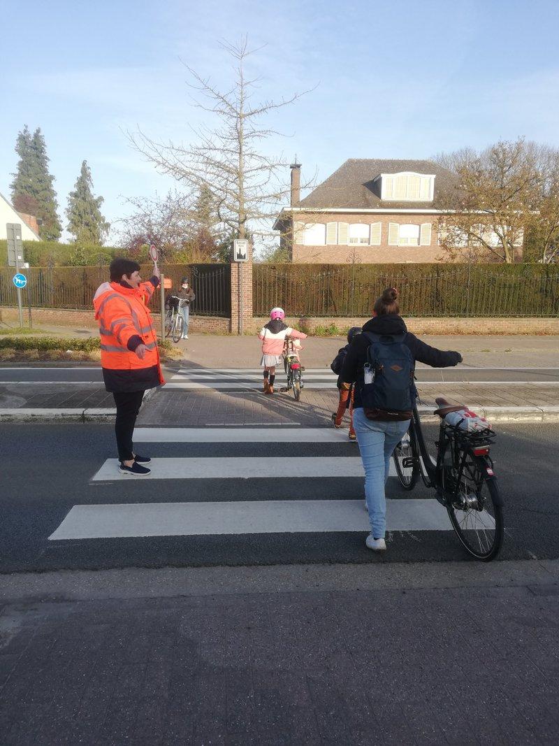 Wijk-werken in beeld: wijk-werker Lieve helpt kinderen veilig op school raken in Nijlen.