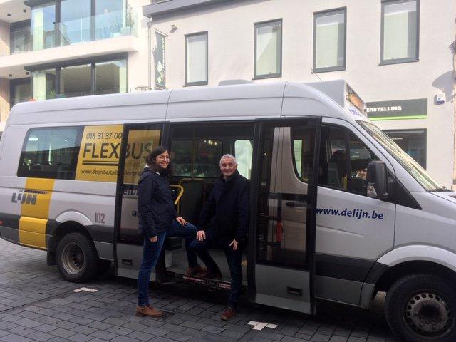 Saadet Gülhan en Alex Goethals, Schepenen van Mobiliteit voor Bornem en Puurs-Sint-Amands,  poseren voor een Flexbus.