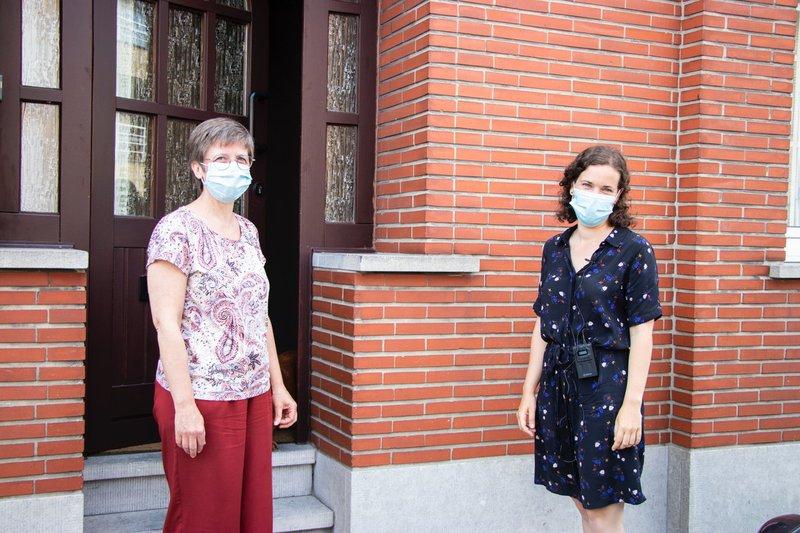 Renovatiecoach Lien Berben poseert met een klant tijdens een huisbezoek.