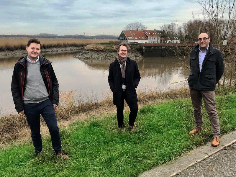 De streekmanagers en de algemeen directeur van IGEMO poseren aan het Zennegat, een toplocatie binnen Rivierenland
