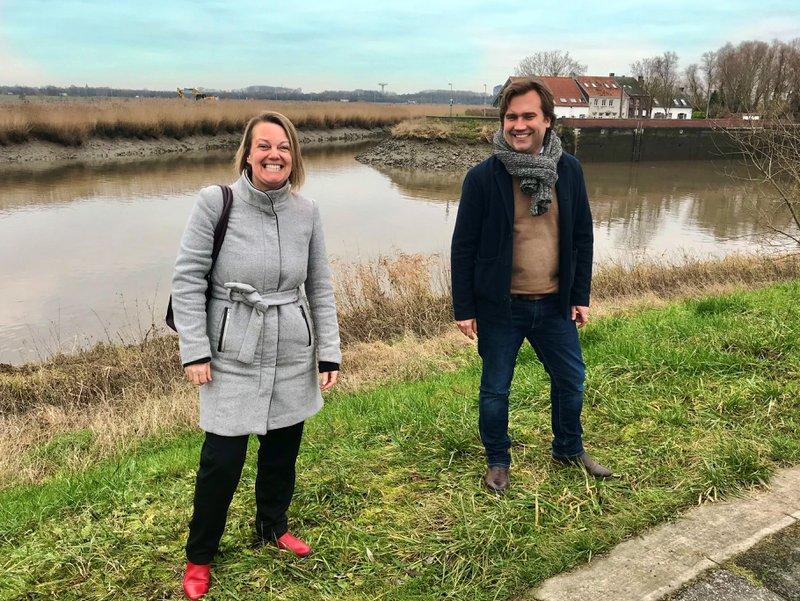 De coördinator regionale welzijnskoepel en projectmanager omgeving en erfgoed van IGEMO poseren aan het Zennegat, een toplocatie binnen Rivierenland