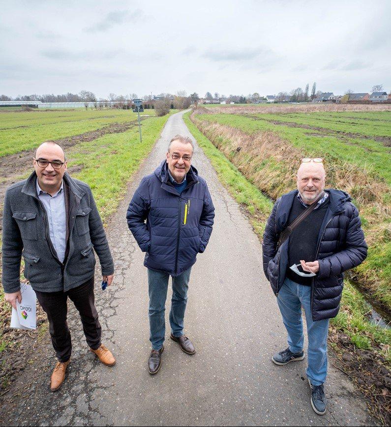 Peter De Bruyne, burgemeester Walter Horemans en schepen Willy Beullens bij kmo De Hutten Berlaar