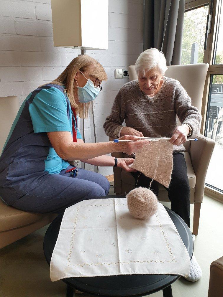 Chris Geets doet aan wijk-werken: ze helpt een bewoonster van woonzorgcentrum De Lisdodde te Mechelen met haar breiwerk.