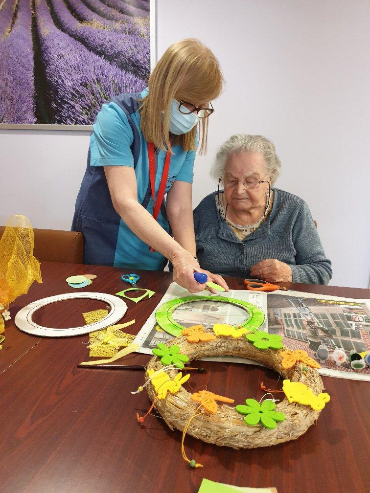 Chris Geets doet aan wijk-werken: ze knutselt met een bewoonster van woonzorgcentrum De Lisdodde te Mechelen.