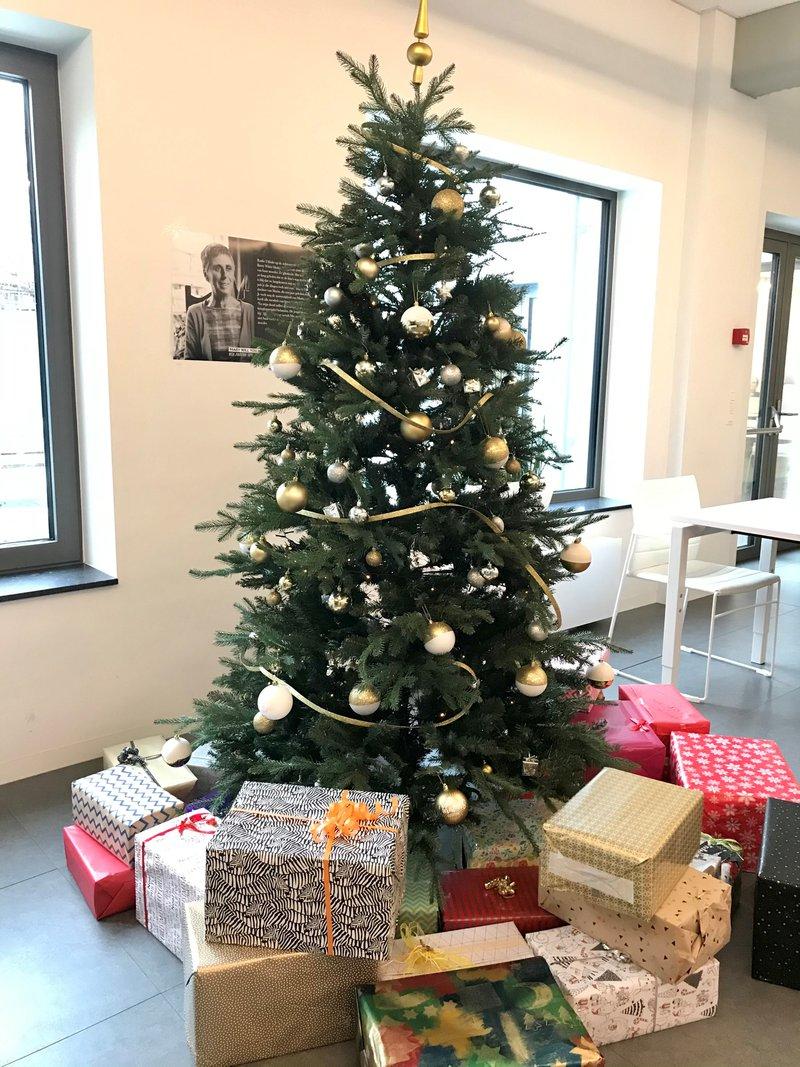 De kerstboom van IGEMO met daaronder een hoop pakjes voor vzw De Keeting