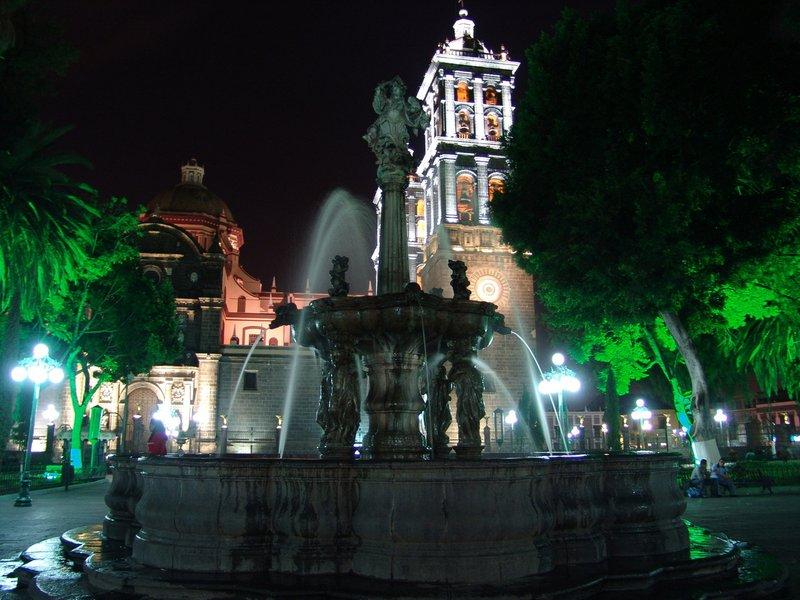 Vista del zocalo a Catedral de Puebla