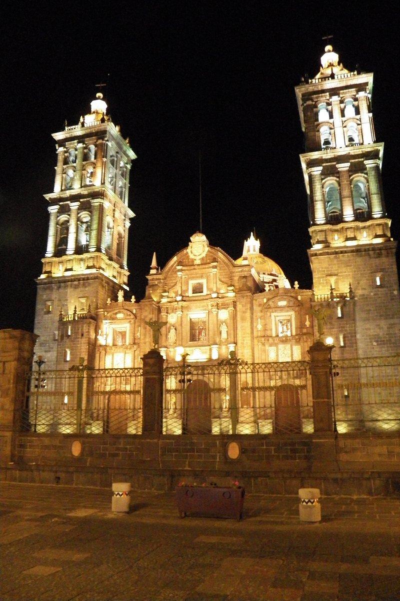 Vista de la Catedral de Puebla en la noche