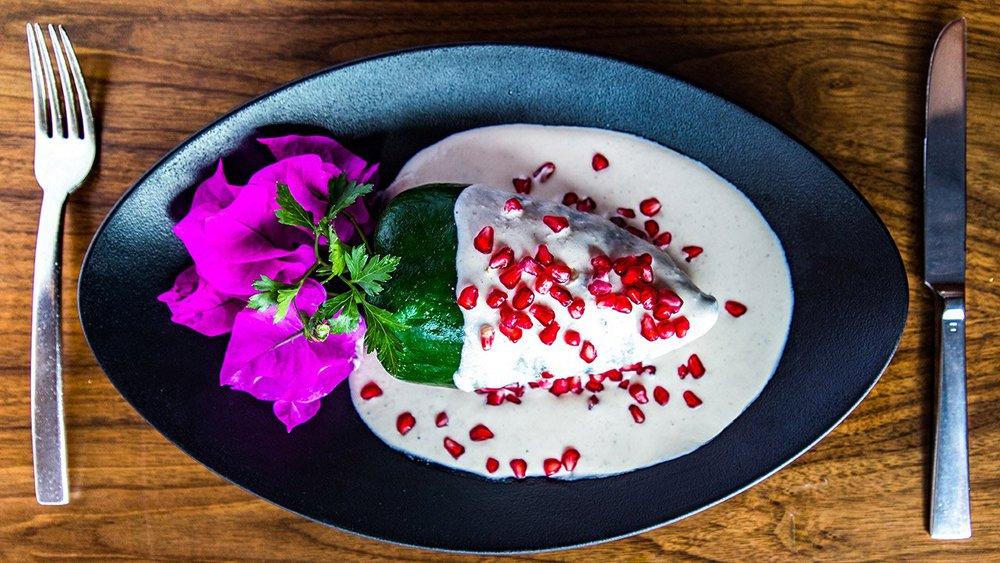 chile en nogada en plato negro