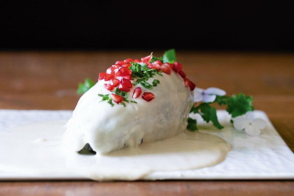 chile en nogada en plato blanco delgado