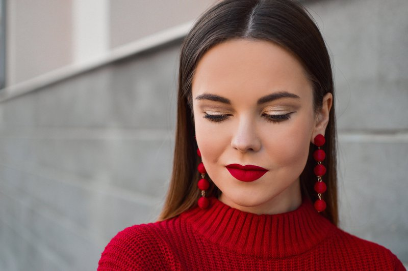 One of our favorite things to do is shooting Portraits for Tamaras Fashion Blog. Her astonishing makeup and styling, combined with her lovely face expressions and some nice lines in the background lead to results with a wow factor guaranteed. From: https://shinyhoney.com/blog-outfits-how-to-wear-red-this-fall.html