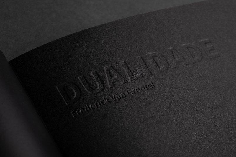 Cover Dualidade van Frederick Van Grootel diepdruk, zwart papier, boek. Fotografie