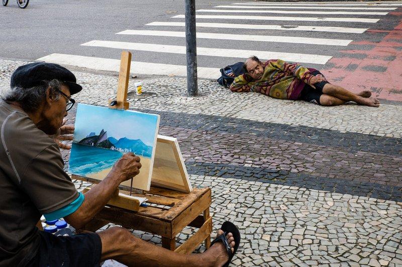 Beeld van zwerver met schilder in Brazilië. Hiermee won Frederick de Brussels Street Photography Awards