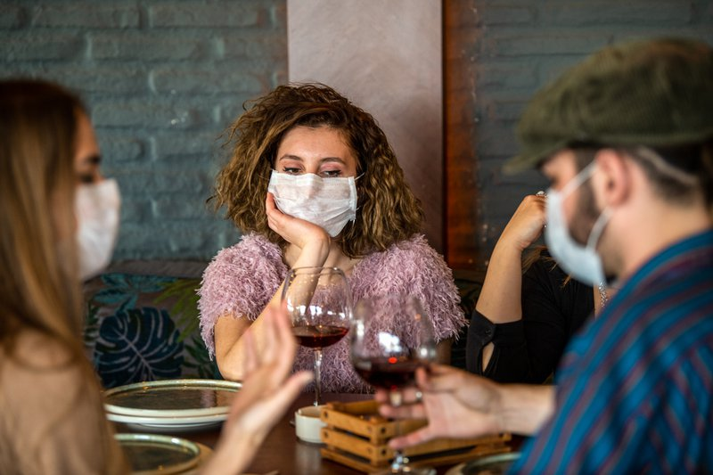 restaurant goers with face masks