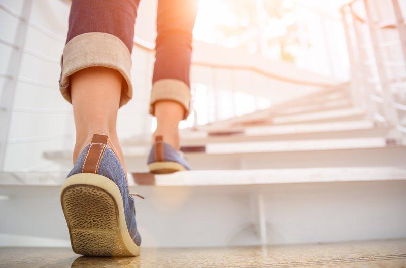vrouw neemt de trap i.p.v. de lift | Konvert