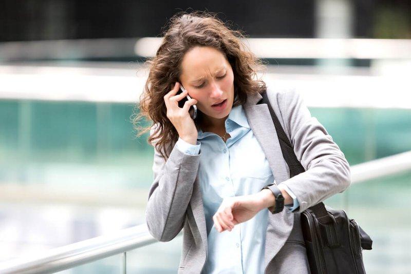 vrouw kijkt op horloge - Konvert