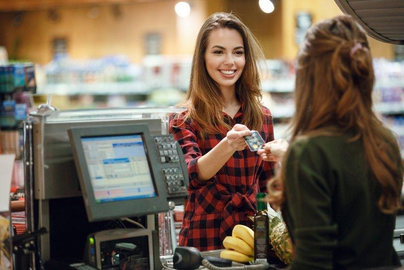 Femme paie avec titres-repas | Konvert