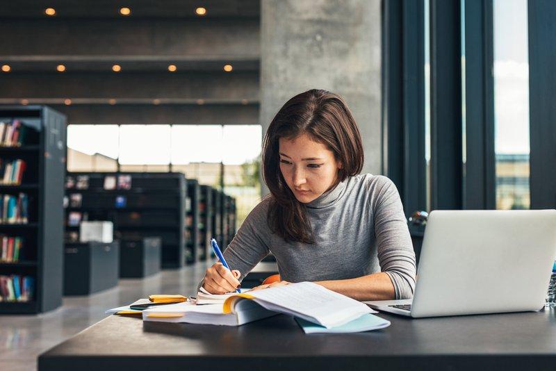 Vrouw studeert voor haar opleiding - Konvert