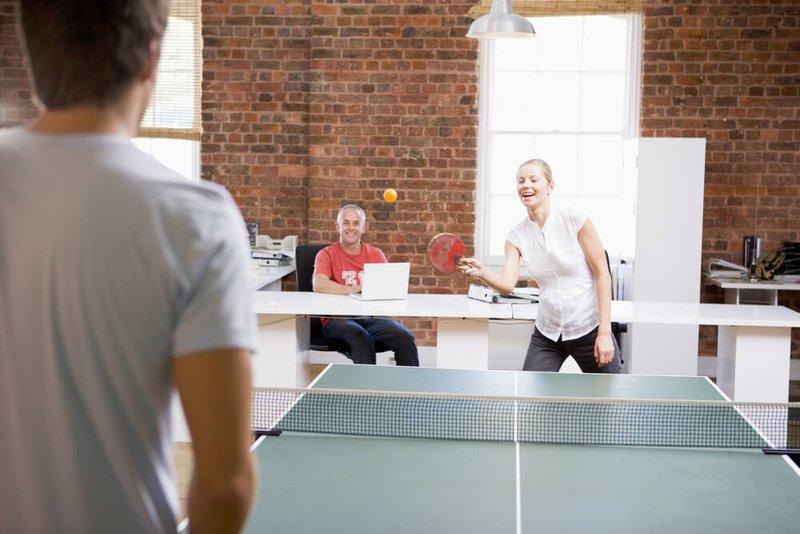 une partie de tennis de table pendant l'entretien d'embauche - Konvert