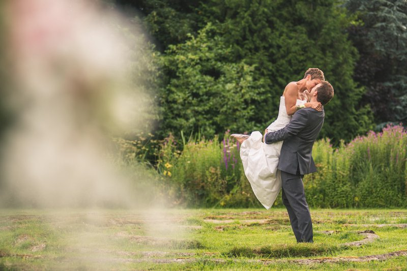 professional wedding photographer - a bride jumps into the groom's arms